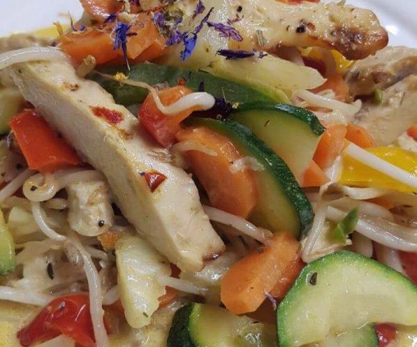 Scheune Wok mit gebratener Maishähnchenbrust
